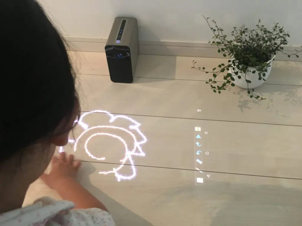 「Xperia Touch」で花の絵を描く子供