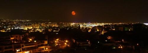 Lune rousse au-dessus de Nice