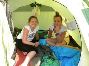 Le plaisir d'aménager sa tente avec ses copines