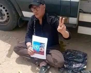 UN SAHRAOUI S'ENCHAÎNE À UN CAMION DE L'ONU