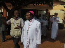 Le PCA de l'ONG à gauche et le Monseigneur