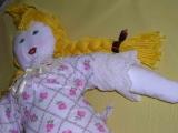 <h5>Guglielmina, una bambola per bene</h5><p>Sono una bambola di celluloide degli anni trenta – trentacinque. Non sono molto alta, poco più di trenta centimetri, ma molto ben proporzionata. Un sapiente gioco di elastici intrecciati all'interno del mio corpo mi permette di muovere le braccia, le gambe e la mia deliziosa testolina dagli occhi azzurri e dalla bocca seriamente sorridente.  Sto seduta all'ultimo piano di una libreria a vetri, perché sono ormai un ricordo… Per passare le ore qualche volta lascio cadere lo sguardo su due bambine che nella sala sottostante giocano alle bambole, come la bimba Clara a cui appartenevo. Ma con che bambole ahimè, piccoli mostriciattoli dalle lunghe gambe, facce truccate all'inverosimile o anche troppo grandi per esili corpi che si appoggiano su altissimi tacchi a spillo o su strani sandali dalle zeppe mostruose! E dire che le bimbe sono molto carine e…vestite quasi normalmente; potessi almeno scuotere la mia bella testolina dalle onde allineate e dalla perfetta scriminatura per esternare la mia disapprovazione… Ma si sa, i tempi sono cambiati ed io ho ormai un certo numero di anni e faccio fatica ad adeguarmi! Anche se le voci delle bimbe mi piacciono, e se qualche volta coinvolgono nel gioco una nonna dal nome Clara, per nulla stupita di quelle novità, quasi sempre preferisco distogliere lo sguardo e  ripensare ai miei anni lontani, quando qualcuno mi acquistò per un pensiero d'amore, mi fece fare un abitino a quadrettini bianchi e blu col collettino di seta, smerlato di azzurro intenso come la mia deliziosa biancheria intima, per non parlare delle scarpe di vernice nera, allacciate con un cordoncino di seta bianca e le calzine di filo di Scozia che completavano il mio abbigliamento di bambola per bene, pronta ad essere regalata per un'occasione molto particolare ed importante. Infatti fui donata alla bimba Clara il 21 Aprile del 1937, anno in cui ella fece la sua Prima Comunione. Subito una grande simpatia ci unì ed io posso a