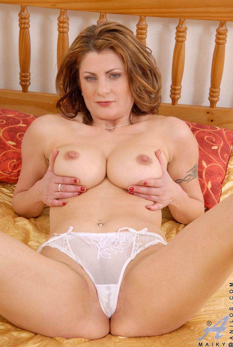 Sultry Anilos Maiky pleasures her mature pussy with a sex