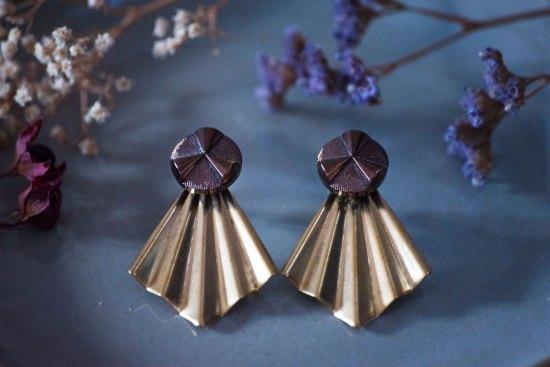 Assuna - Boucles Comète Angèle bronze - Boucles d'oreilles bouton ancien sur estampe en éventail