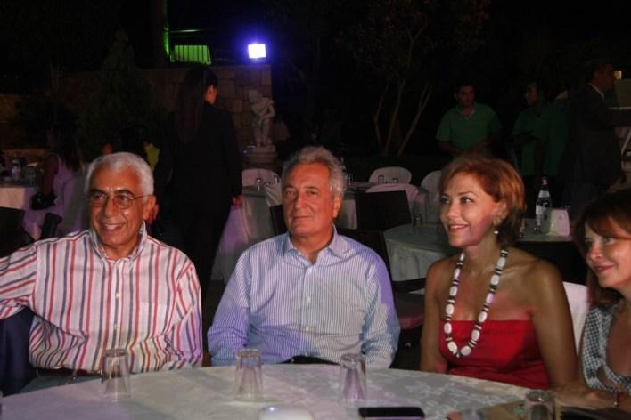السفير الإيطالي جيوسيبي مورابيتو يتوسط السفير جورج سيام وقرينته