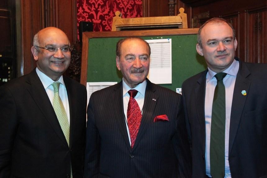 الوزير إدوارد دايفي، سير نظمي أوجي، والنائب كيث فاز