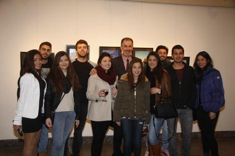 البروفسور بسام لحود في صورة تذكارية مع طلابه وطالباته