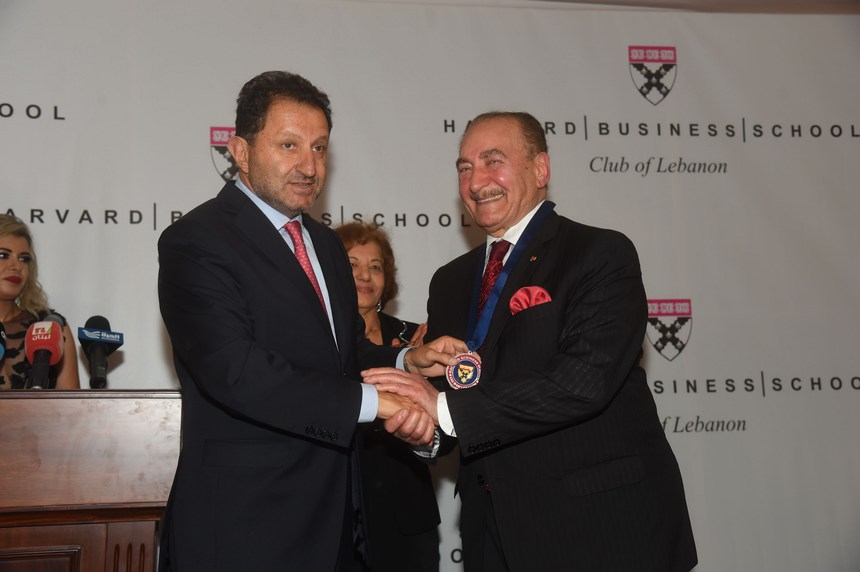 الدكتور حبيب الزغبي يمنح ميدالية الجامعة للسير نظمي أوجي