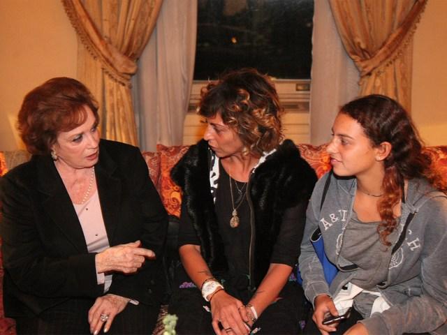 جيهان السادات (إلى اليسار) تحاور دينا البطل وكريمتها