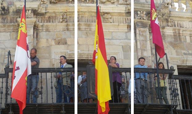 Momento en el que se han izado las nuevas banderas del Ayuntamiento de Astorga (S. G.)