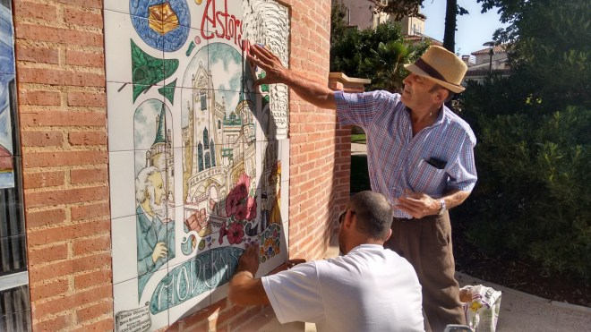 Finalizando de colocar los últimos azulejos en la fuente neo-mudéjar. / CCU