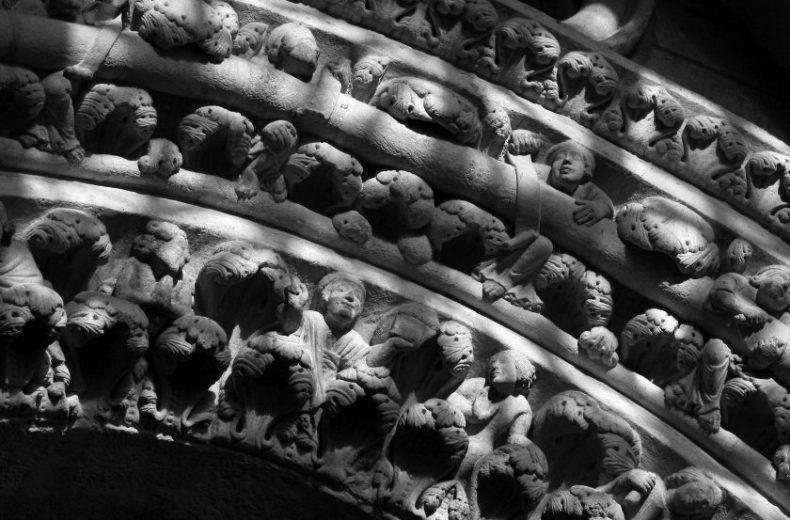 Descenso al limbo, arco izquierdo en el pórtico de la Catedral de Santiago de Compostela