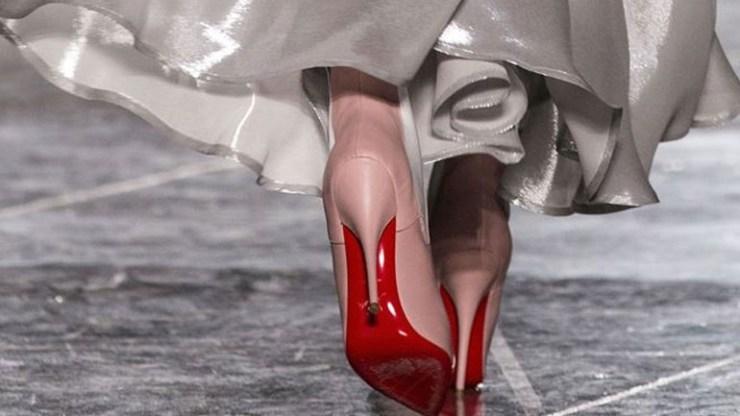 Η ιστορία πίσω από τις κόκκινες σόλες στα παπούτσια του Christian Louboutin