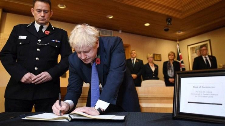 Βρετανία: Ο Μπόρις Τζόνσον υπέγραψε το βιβλίο συλλυπητηρίων για τα θύματα του Έσσεξ