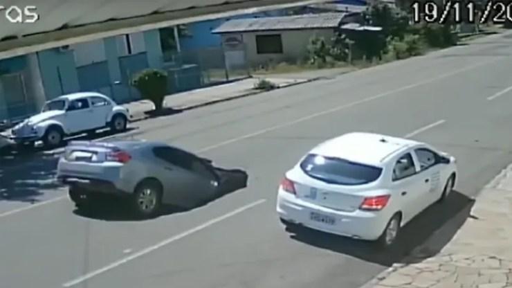 Βραζιλία: Αυτοκίνητο πέφτει μέσα σε τρύπα στον δρόμο