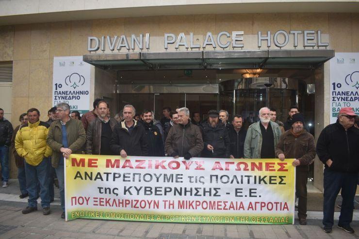 Διαμαρτυρία αγροτών στη Λάρισα περιμένοντας τον Μ. Βορίδη… - Ο υπουργός θα μιλήσει 1ο Πανελλήνιο Συνέδριο για το βαμβάκι (φωτο – βίντεο)