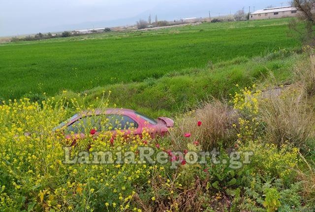 Οικογένεια με τρία παιδιά «προσγειώθηκε» στα χωράφια στη Λαμία - Ταξίδευαν για Λάρισα