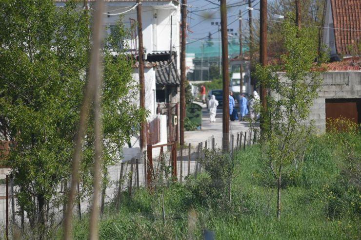 Σε εξέλιξη η λήψη δειγμάτων – Δείτε εικόνες από το κλιμάκιο του ΕΟΔΥ μέσα στον οικισμό ρομά της Νέας Σμύρνης στη Λάρισα (φωτο)