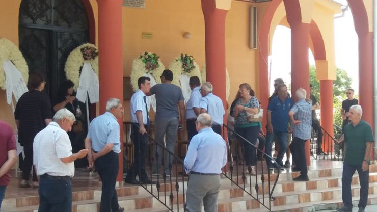 """Πλήθος κόσμου στο τελευταίο """"αντίο"""" για τον Λαρισαίο αγροτοσυνδικαλιστή Αλέκο Λαχανά (φωτό)"""
