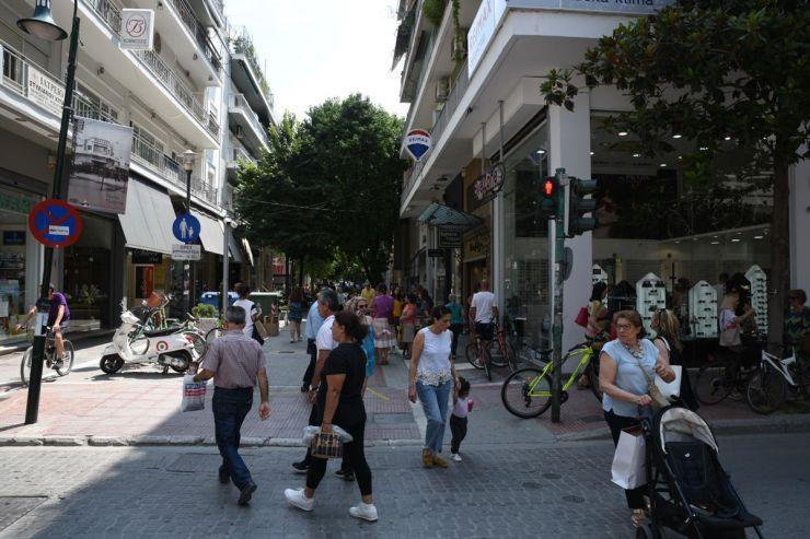 Δείτε φωτογραφίες: «Μουδιασμένοι» οι Λαρισαίοι στο ξεκίνημα των θερινών εκπτώσεων – Βόλτα αλλά όχι ψώνια