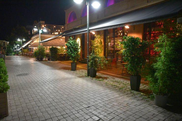 Πρώτο βράδυ απαγόρευσης: Βουβή πόλη η Λάρισα μετά τα μεσάνυχτα, ενώ μέχρι εκείνη την ώρα έσφυζε από ζωή – Δείτε φωτορεπορτάζ