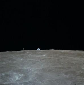 La Tierra asoma por el horizonte lunar poco antes del aterrizaje del módulo lunar del Apolo 16