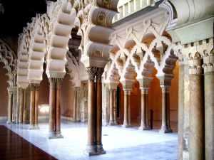 El Palacio de la Aljafería, en Zaragoza, fue un lugar de reunión de algunos intelectuales árabes, entre los que se encontraba Avempace.