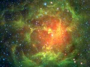 En esta imagen de infrarrojos de la Nebulosa Trífida, en el centro, puedes ver una enorme estrella de clase O6.