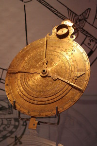 Un nocturlabio, que sirve para determinar el tiempo en función de la posición de una estrella en el cielo nocturno. Crédito: Johann Dréo