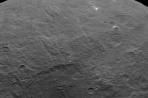 En la parte superior derecha de la imagen, puedes ver la formación que se asemeja a una pirámide. Crédito: NASA/JPL-Caltech/UCLA/MPS/DLR/IDA
