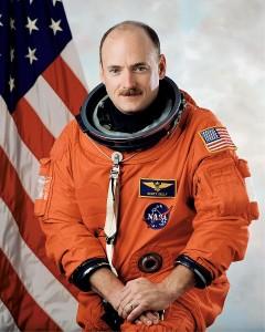 El astronauta Scott Kelly permanecerá un año en la estación espacial internacional. Su hermano gemelo, Mark, lo hará en la Tierra. El experimento permitirá a los científicos comprobar las diferencias entre ambos tras un año en el espacio.