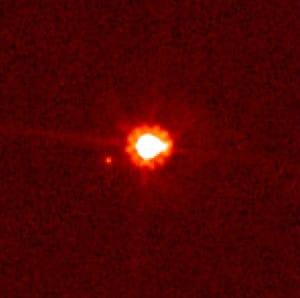 Esta es la única imagen real que tenemos de Eris. Si te fijas, al lado, justo debajo a la izquierda, puedes ver su luna, Disnomia. Crédito: NASA, ESA, y M. Brown