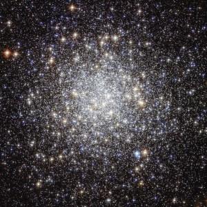 En esta imagen del Telescopio Hubble es posible apreciar el cúmulo globular M9 con todo lujo de detalles. Podemos ver hasta las estrellas individuales que componen el centro del cúmulo, así como la gran variedad de estrellas que lo componen. Crédito: NASA & ESA