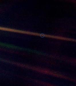 En esta imagen puedes ver La Tierra. Es ese diminuto píxel dentro del círculo rodeado en azul.