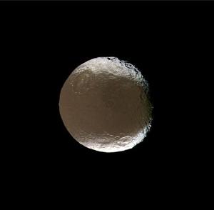 En el centro del hemisferio oscuro, ligeramente a la derecha, puedes ver el crater Turgis. Crédito: NASA/JPL/Space Science Institute