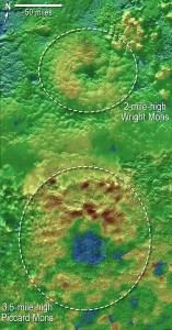 Estas imágenes topográficas han permitido descubrir que las montañas Wright Mons y Piccard Mons podrían ser criovocalnes. Los colores indican cambios en la elevación. El azul indica terreno más bajo, mientras el marrón indica mayor altura. El verde, por último, indica altura media. Crédito: NASA/JHUAPL/SwRI