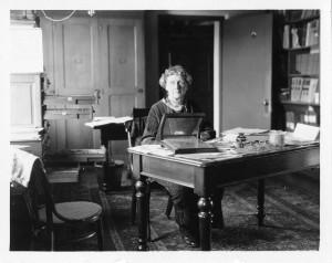 Annie Jump Cannon en su escritorio, en el Observatorio de Harvard. Crédito: Smithsonian Institution from United States