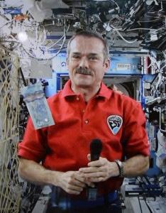 El comandante Chris Hadfield, en una intervención desde la Estación Espacial Internacional en 2.013. En comparación con la imagen anterior, su cara está sensiblemente hinchada por la ausencia de gravedad. Crédito: NASA