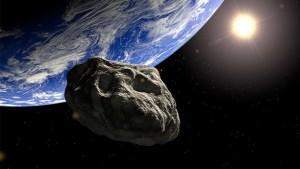 Un asteroide pasando cerca de la Tierra. Crédito: HelloScience.us