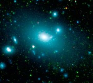 La galaxia NGC 4889, el hogar del agujero negro supermasivo más grande conocido hasta el momento, con una masa de 21.000 millones de soles. Crédito: NASA
