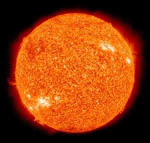 El Sol, fotografíado en falso color en el espectro ultravioleta. Crédito: NASA