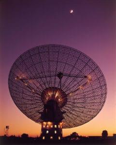 El radiotelescopio Parkes, con la Luna al fondo, en 1969, cuando recibió las señales del aterrizaje del Apolo 11 en nuestro satélite. Crédito: CSIRO