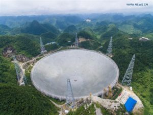 Imagen del telescopio FAST en el último día de montaje, el 3 de julio de 2016, cuando se instaló su último disco. Crédito: Xinhua