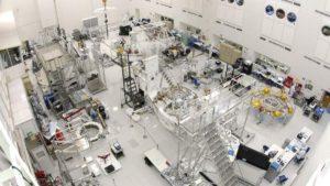 La sala limpia dentro de la instalación de construcción de naves del laboratorio de propulsión a chorro de la NASA, en Pasadena, California (EEUU). Crédito: NASA/JPL