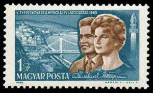 Sello húngaro conmemorativo, en el que aparecen los rostros de los cosmonautas soviéticos Valentina Tereshkova y Andriyan Nikolayev, su esposo. Crédito: Wikimedia Commons/Darjac