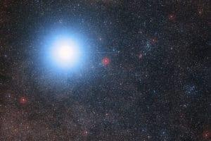 Imagen de Alfa Centauri A y B (que aparecen como una única estrella en esta imagen) y Próxima Centauri, que está en la parte derecha y es mucho más tenue. Crédito: Digitized Sky Survey 2/ Davide De Martin/Mahdi Zamani/ESO