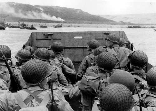 Un grupo de soldados se acerca a la playa de Omaha, en la Segunda Guerra Mundial