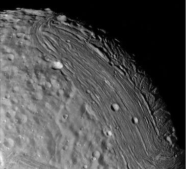 La superficie fracturada de Miranda, fotografiada por la sonda Voyager 2. Crédito: NASA