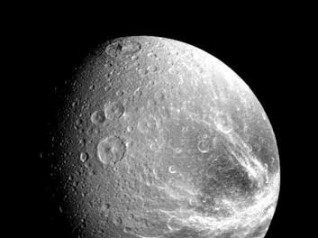 Dione, observado por Voyager 1. Crédito: NASA
