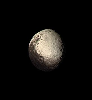 Jápeto, el satélite de dos colores, fotografiado por la sonda Voyager 2. Crédito: NASA